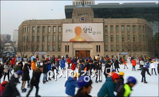 [포토]서울광장 스케이트장 찾은 시민들
