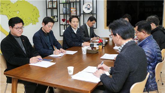 남경필 경기지사가 3일 오후 준예산 관련 대책회의를 갖고 있다.