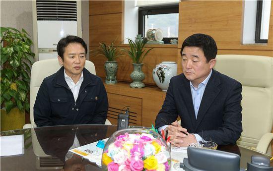 남경필 경기지사(왼쪽)와 강득구 경기도의회 의장이 3일 오후 회동을 갖고, 준예산 편성에 대해 이야기를 나누고 있다.
