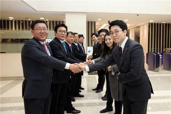 전재광 JW홀딩스 대표(가장 왼쪽)를 비롯한 각 사 대표들이 로비에서 새해 첫 출근을 하는 직원들과 악수를 나누며 덕담을 건네고 있다.