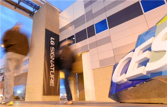 LG전자가 세계 최대 가전전시회'CES 2016'이 열릴 미국 라스베이거스 컨벤션센터(LVCC)에 대형 옥외광고를 설치했다. (제공=LG전자)