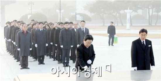 지병문 총장과 단과대학장, 본부 보직자 등 60여 명은 국립 5·18묘지를 참배했다.