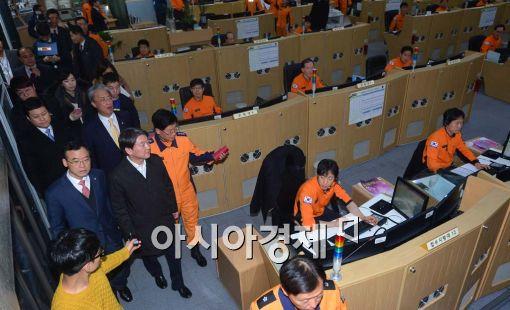 [포토]서울종합방재센터 둘러보는 안철수 의원