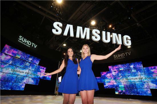 미국 라스베이거스에서 오는 6일(현지시간) 열리는 세계 최대 가전전시회 CES 2016의 삼성전자 전시장 앞에서 삼성전자 모델들이 삼성 SUHD TV를 소개하고 있다.