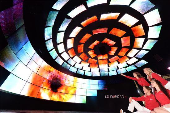 LG전자가 6일(현지시간) 미국 라스베이거스에서 열리는 CES 2016에서 차원이 다른 올레드 TV 112대로 구성한 '밤하늘의 별' 전시공간을 마련해 관람객들이 진정한 블랙의 가치를 느낄 수 있도록 했다.