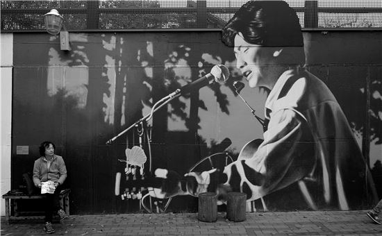 김광석이 우리곁을 떠난지 20년이 됐다. 대구 중구 방천시장 골목. 서른 즈음에, 사랑했지만, 이등병의 편지 등 가슴을 적시는 명곡들을 남기고 떠나 간 천재 가수 김광석을 만날 수 있다. 골목 벽화에서는 그가 국수를 말아주고, 또 어느 그림에서는 그가 노래를 부른다.