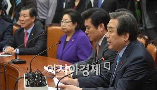 김무성 새누리당 대표(오른쪽)