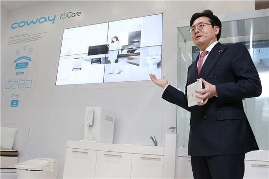 6일(현지시간) 김동현 코웨이 대표이사가 미국 라스베이거스에서 열린 CES2016에서 사물인터넷을 통한 차별화된 고객 맞춤형 케어인 'IoCare'에 대한 비전을 선포하고 있다.