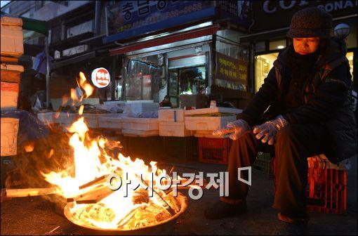"""[무너지는 중산층①]""""나는 저소득층""""…경제적 취약계층 40% 육박"""