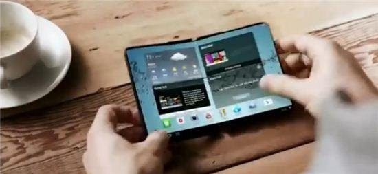사진=삼성전자가 지난 2014년 소개한 폴더블 스마트폰 콘셉트 영상 캡처