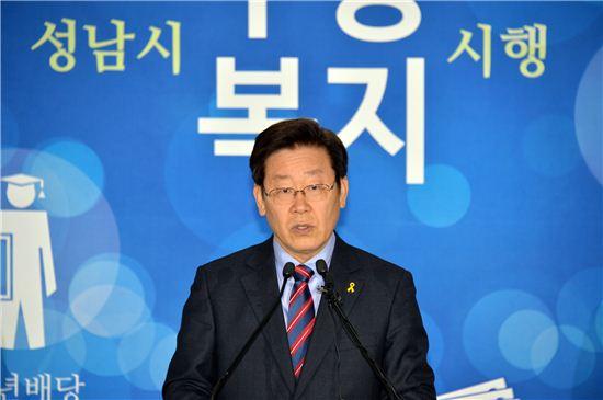 이재명 성남시장이 신년 기자회견에서 무상복지 사업 추진 강행의사를 밝히고 있다.