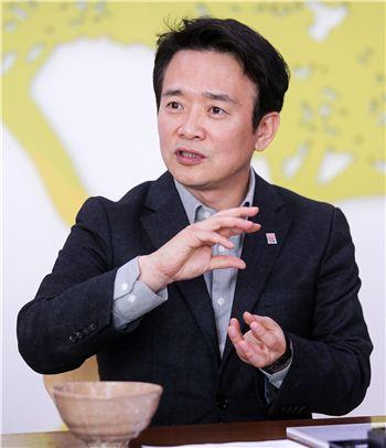 남경필 경기지사가 도정 현안에 대해 설명하고 있다.