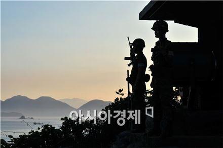 확성기 설치지역에는 폐쇄회로(CC)TV와 적외선감시장비가 장착된 무인정찰기, 토우 대전차미사일, 대공방어무기 비호, 대포병탐지레이더(AN/TPQ-36) 등이 배치된 것으로 알려졌다.