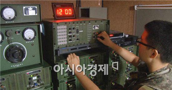 8일 정오를 기해 대북 확성기 방송이 재개된다. '체제 유지' 위협 등으로 북한측의 강한 반발이 예상되고 있다.