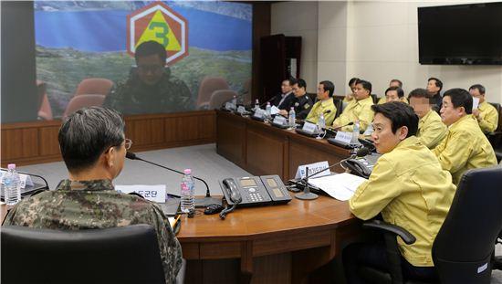 남경필 경기지사가 지난 6일 긴급 소집된 통합방위협의회에 참석, 군 관계자와 이야기를 나누고 있다.