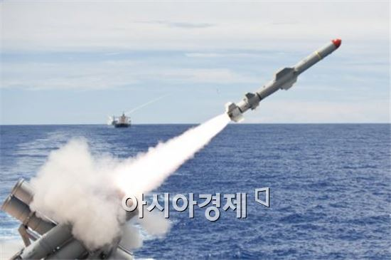 미 해군 순양함 카우펜스함에서 발사되는 하푼미사일