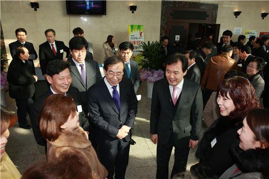 박겸수 강북구청장과 박원순 시장이 2015년 강북구 신년인사회에 앞서 주민들과 인사를 나누고 있다.
