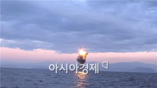 북한 조선중앙TV는 8일 북한이 작년 12월 동해에서 실시한 것으로 보이는 SLBM 사출시험 영상을 공개했다.
