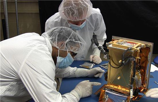 ▲MIT 학생 등이 소행성 탐사선에 실릴 장비를 점검하고 있다.[사진제공=MIT/NASA]