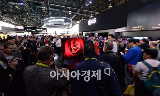 ▲지난 9일(현지시간) 미국 라스베이거스에서 폐막한 'CES 2016'에서 LG전자 부스를 찾은 관람객들이 'LG 올레드 TV' 등 혁신 제품들을 살펴보고 있다. (제공=LG전자)