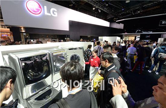▲지난 9일(현지시간) 미국 라스베이거스에서 폐막한 'CES 2016'에서 LG전자 부스를 찾은 관람객들이 '트윈워시' 세탁기를 살펴보고 있다. 이 제품은 LG전자가 드럼세탁기 하단에 통돌이 세탁기를 결합시킨 혁신 제품이다. 세탁기 두 대 가운데 한 대만 사용할 수도 있고 두 대를 동시에 사용할 수도 있다. (제공=LG전자)