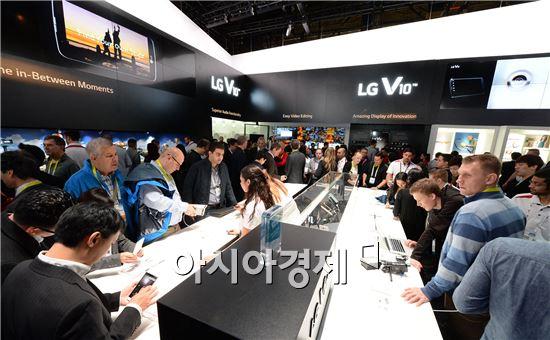 ▲ 지난 9일(현지시간) 미국 라스베이거스에서 폐막한 'CES 2016'에서 LG전자 부스를 찾은 관람객들이 'V10', 'K시리즈' 등 스마트폰을 살펴보고 있다. LG전자가 이번 전시회에서 처음 공개한 K시리즈는 곡면 형태의 모던한 디자인과 프리미엄급 성능으로 관람객들의 이목을 끌었다. (제공=LG전자)