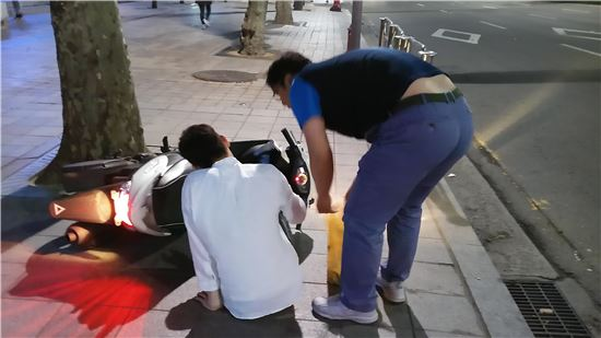 오토바이 이용 전단지 배포자 점검 상황