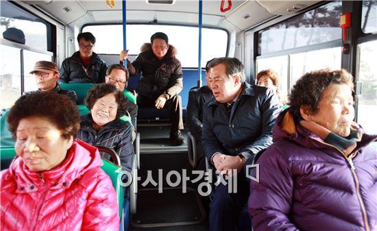 유근기 곡성군수가 버스를 타고 5일시장을 기면서 주민들과 대화를 하고있다.