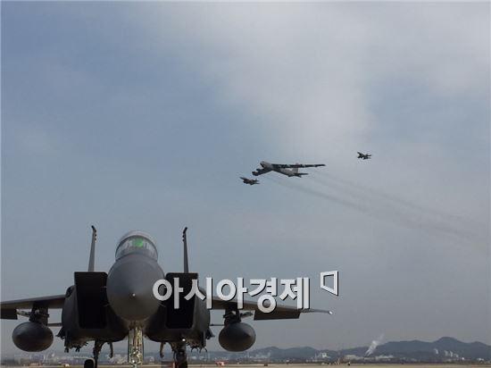 미국의 핵심 전략무기인 'B-52' 장거리 폭격기가 북한의 제4차 핵실험(6일) 나흘만인 10일 한반도 상공에서 작전을 전개했다. (사진=국방부 풀 기자단)