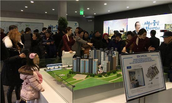 '서울역 한라비발디 센트럴' 견본주택을 찾은 방문객들이 모형도를 살펴보고 있다.(자료:한라)