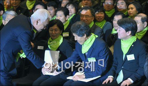 [포토]인사하는 김한길·한상진
