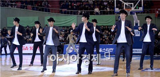 공연하는 KBL 신인선수들