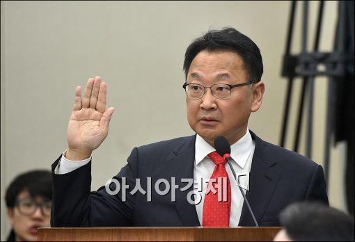 유일호 경제부총리 겸 기획재정부 장관 후보자가 11일 국회에서 열린 인사청문회에서 선서를 하고 있다.