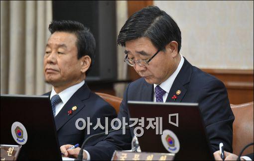 [포토]자료 보는 이기권 노동부 장관
