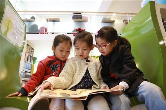 동화책을 읽고 있는 어린이들