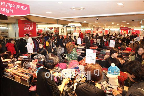 롯데백화점에서 고객들이 제품을 둘러보고 있다. 사진=아시아경제 DB