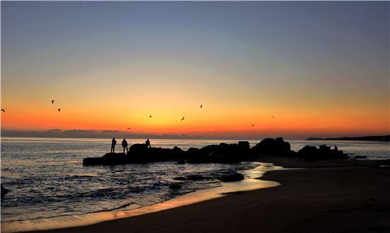 바다와 하늘을 붉게 물들이는 반암해변의 아침노을이 따뜻하다.