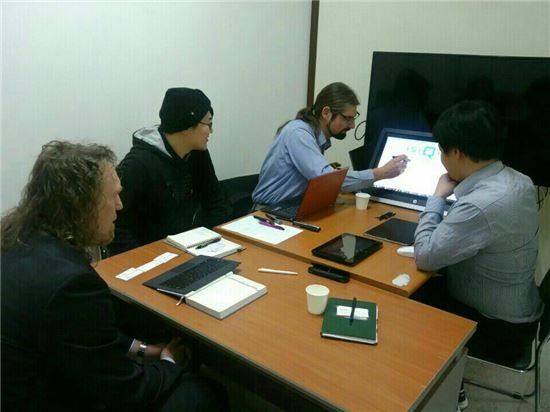 트레이스 및 아이큐리스 직원들이 엑티브 펜 개발을 위해 회의를 진행하고 있다.