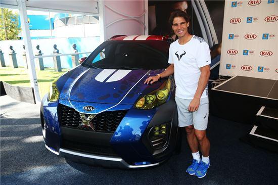 기아차 글로벌홍보대사 라파엘 나달(Rafael Nadal) 선수가 '기아 엑스카(Kia X-Car)'에서 포즈를 취하고 있는 모습.