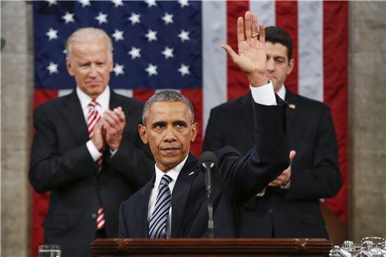 (워싱턴D.C.= EPA연합뉴스) 12일(현지시간) 버락 오바마 미국 대통령이 신년연설을 마친 후 손을 들어 화답하고 있다.