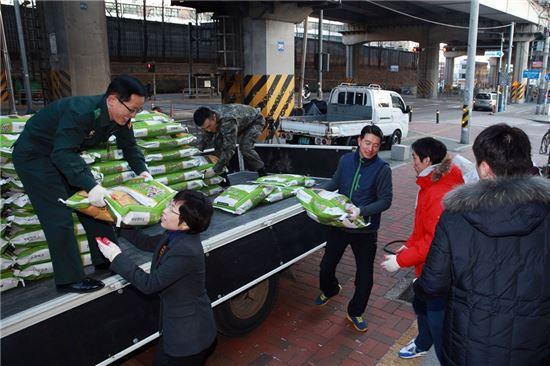 14일 새벽 얼굴없는 천사가 보낸 쌀을 주민센터로 나르고 있는 월곡2동 주민센터 직원들.