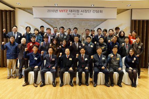 한샘이펙스 임직원과 전국 사무용가구 대리점 사장단이 14일 기념촬영을 하고 있다.