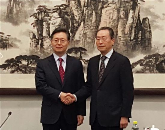 황준국 외교부 한반도평화교섭본부장(왼쪽)과 우다웨이 중국 외교부 한반도사무특별대표.