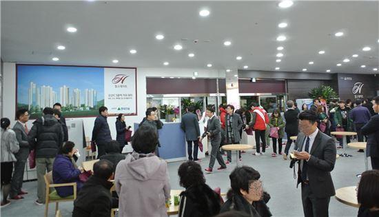 15일 오산 현대건설 힐스테이트 주택홍보관을 찾은 방문객들.