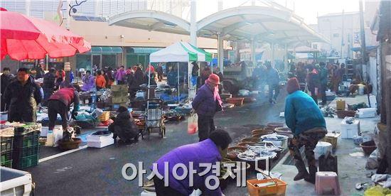 장흥군 대덕읍 전통시장이 현대화 사업을 마무리하고  15일 첫 오일장을 열었다.