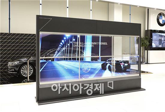 ▲인천 영종도 BMW 드라이빙 센터에 설치된 삼성전자 투명 OLED 디스플레이 비디오월(제공=삼성전자)