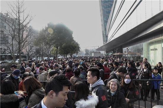 15일 중국 상하이에 오픈한 이랜드그룹의 '팍슨-뉴코아몰' 1호점에는 14만명의 중국인들이 운집했다
