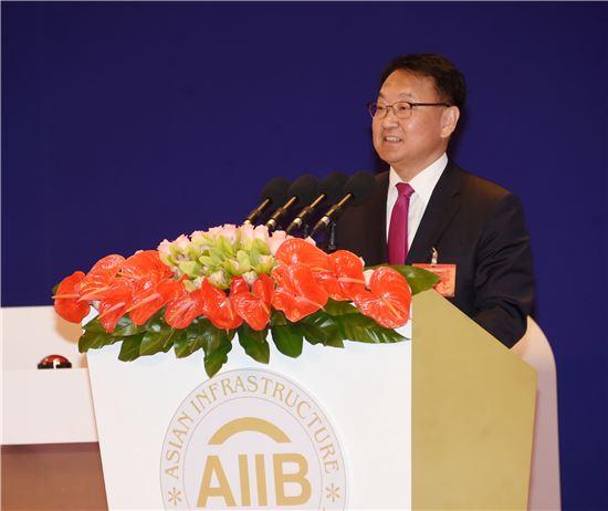 유일호 경제부총리 겸 기획재정부 장관은 16일 중국 베이징 조어대에서 열린 아시아인프라투자은행(AIIB) 개소식에서 축사를 하고 있다.