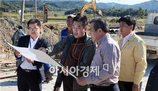 유근기 곡성군수가 군민이 안전하고 행복한 희망곡성 만들기위해 공사현장을 방문해 시설물을 점검하고있다.