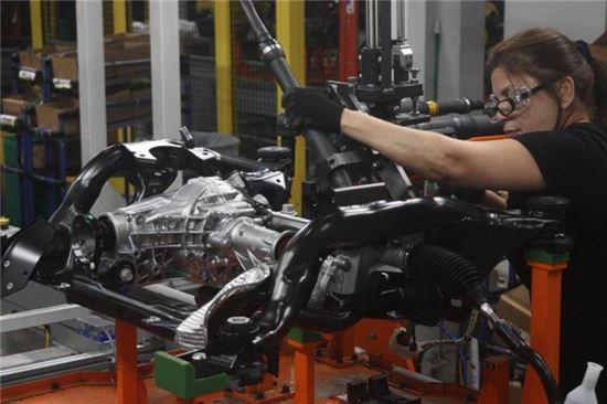 미국 미시간주 디트로이트에 위치한 현대모비스 공장에서 일하는 현지 직원 자동차 새시 모듈 생산 작업에 열중하고 있다.